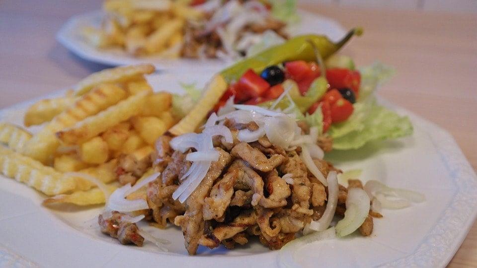 Салат с картофелем фри и мясом