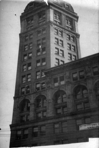 Human Fly Scales The Sun Building 1918